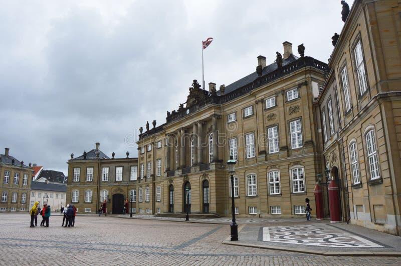 KOPENHAGEN, DENEMARKEN - MEI 31, 2017: Het vierkant van Amalienborgslotsplads met Koninklijke Wachten en toeristen, Kopenhagen, D royalty-vrije stock foto's