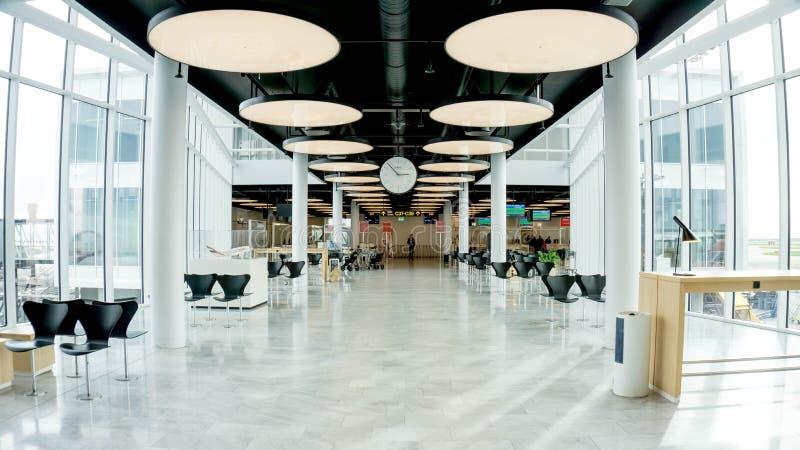 KOPENHAGEN, Denemarken - OKTOBER 8, 2018 Mooie Emirates Airlines-terminal van de Internationale luchthaven Brede ruimte royalty-vrije stock afbeeldingen