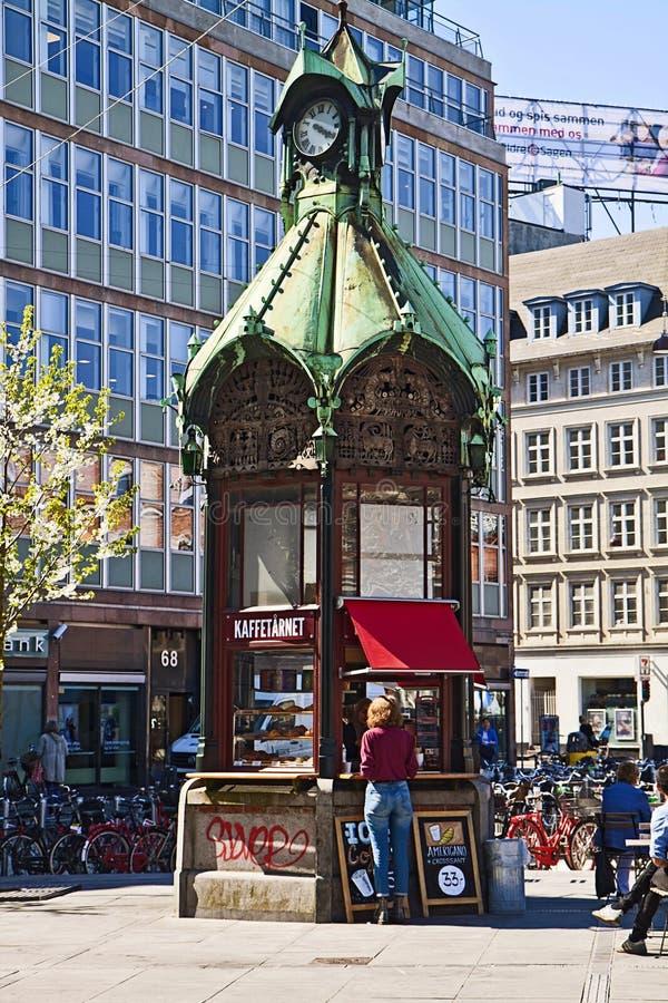 Kopenhagen, Denemarken - Oude kiosk omgezet in koffiebar stock fotografie