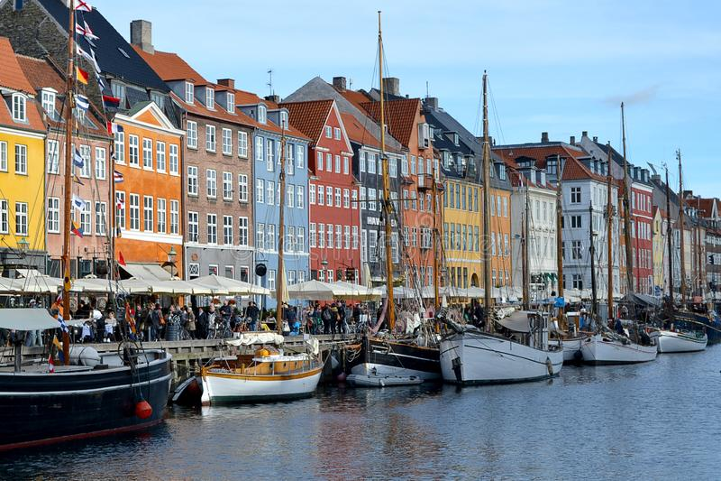 Kopenhagen, Denemarken Weergeven van Nyhavn-pijler met kleurrijke gebouwen en schepen royalty-vrije stock afbeeldingen