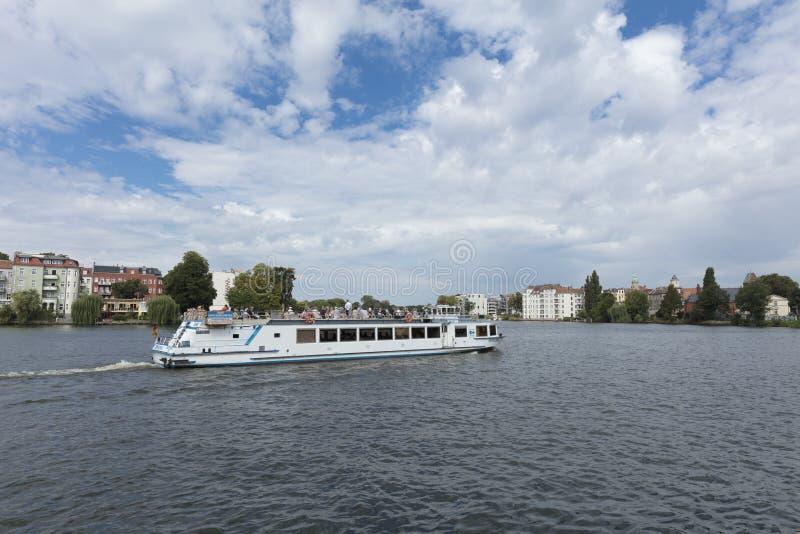 Kopenick, Берлин, Германия; 18-ое августа 2018; Взгляд и шлюпка реки стоковые изображения