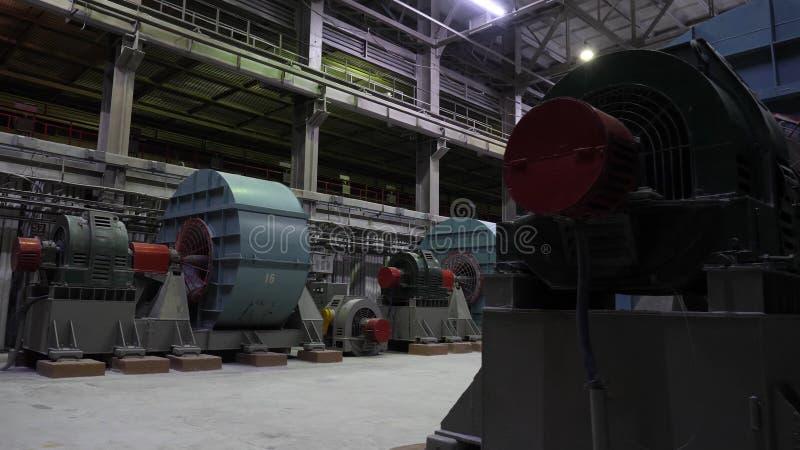 Koper verpletterende installatie Balmolens in grote ruimte van winkel bij mijnbouwonderneming Verpletterend materiaal bij grote m stock foto's