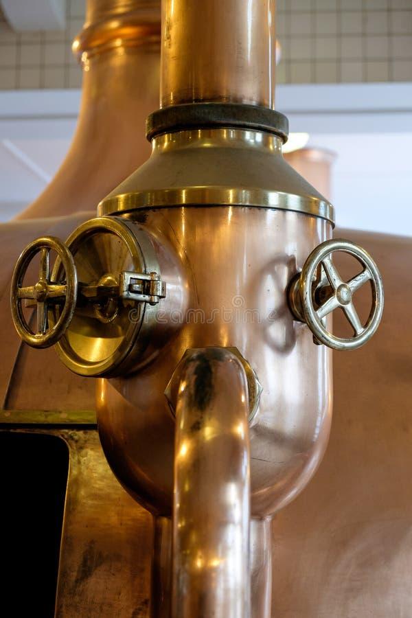 Koperbuis in brouwerij stock afbeelding