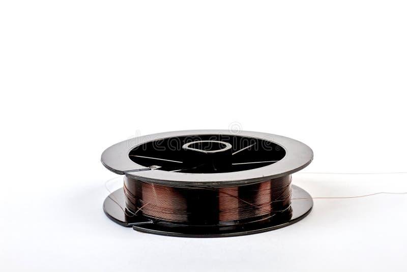 Koperdraad op zwarte spoel stock fotografie