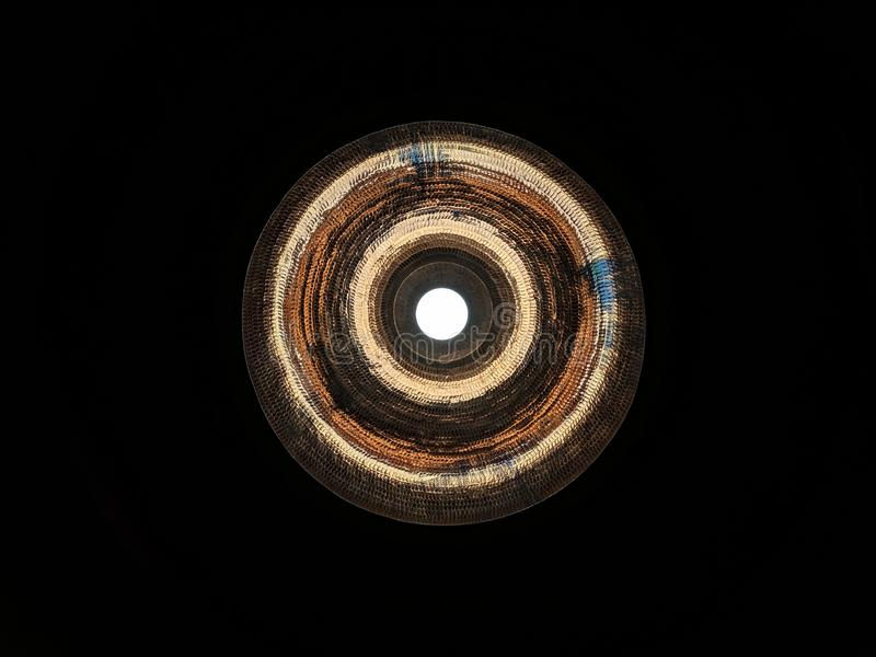 Koperlamp die op de donkere achtergrond gloeien stock afbeeldingen