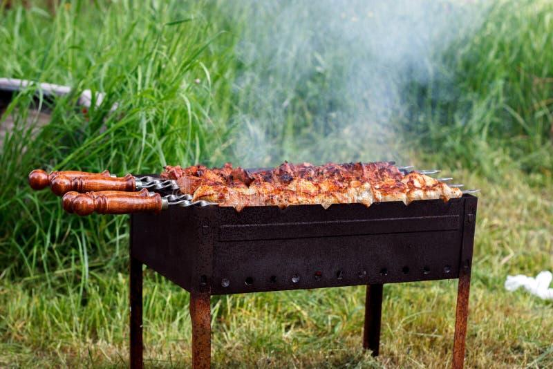 Koperslager met een kebab op aard stock foto