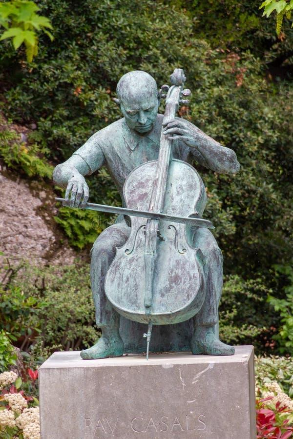 Koperstandbeeld van musicus het spelen instrument royalty-vrije stock afbeeldingen
