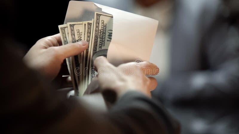 Koperta z dolarami, dama daje łapówce polityk okładkowy bezprawny biznes obrazy royalty free