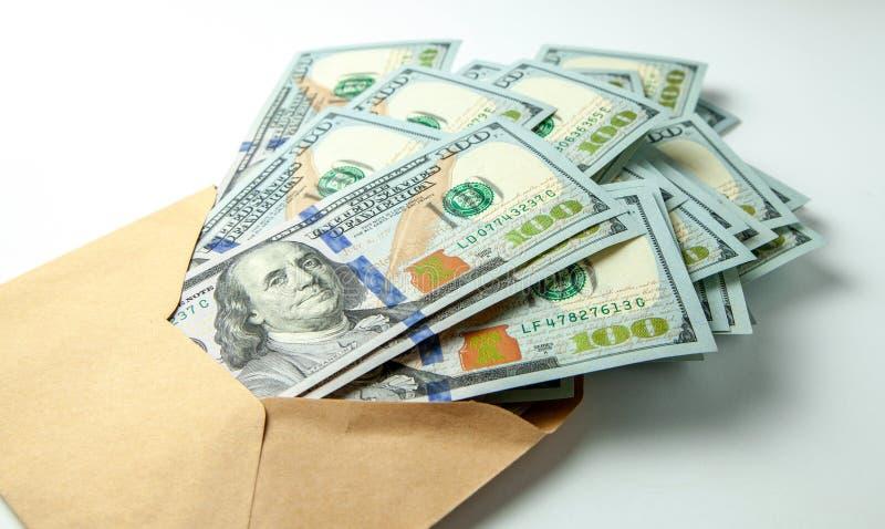 Koperta z pieniądze na bielu zdjęcie royalty free