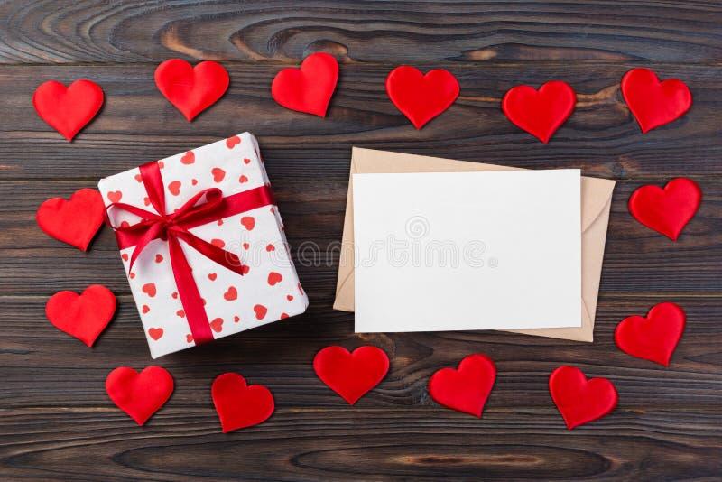 Kopertowa poczta z Czerwonym serca i prezenta pudełkiem nad Ciemnym Drewnianym tłem Walentynki karty, miłości lub ślubu powitania fotografia stock