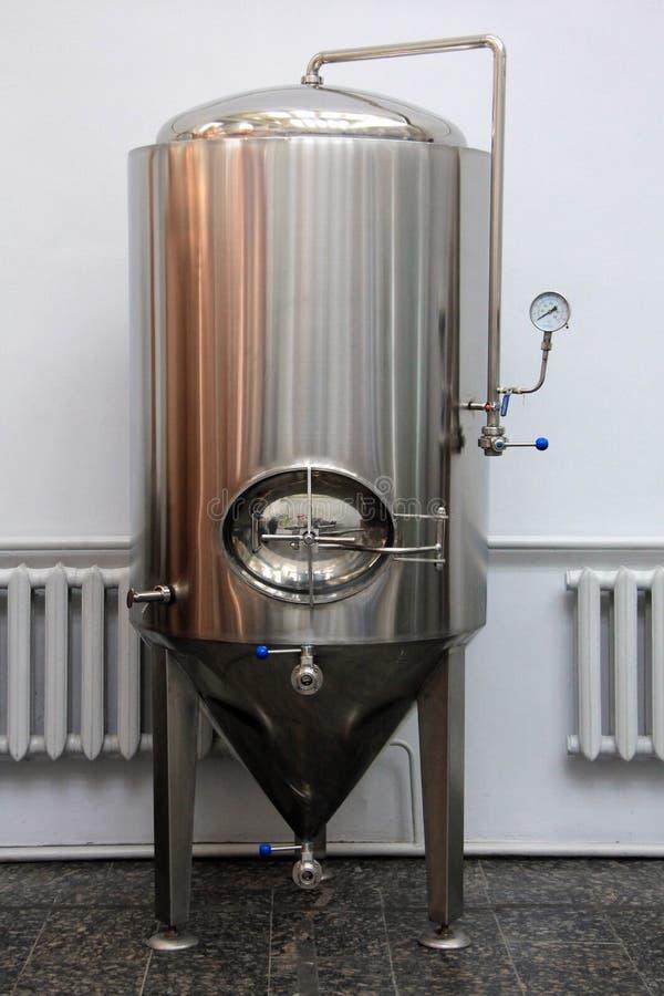 Kopervat voor het brouwen bij brouwerij royalty-vrije stock afbeelding