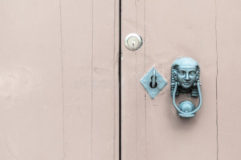 Kopf der Sphinxes und Schlüssel im Verschluss Grüne Version stockfoto