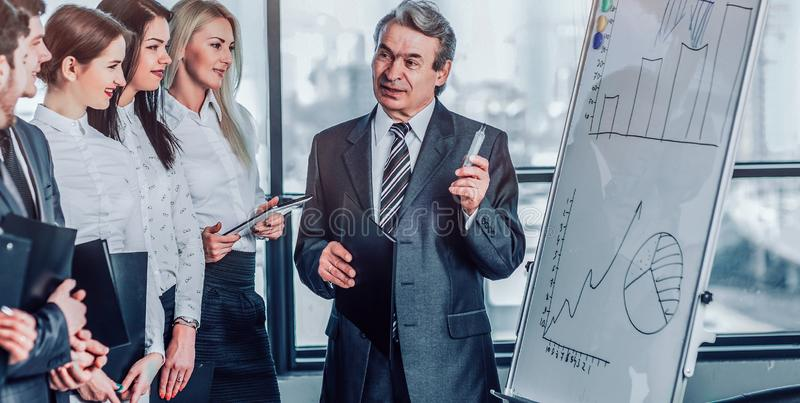 Kopf des Geschäftsteams erklärt seinen Kollegen Methoden sa stockfoto