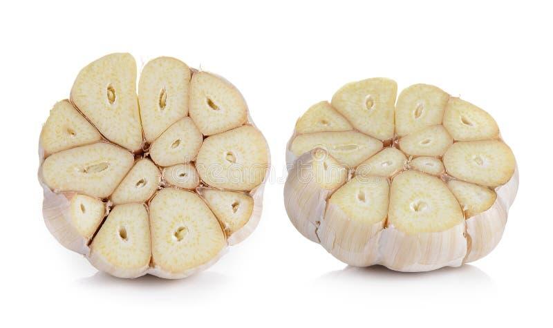 Kopf des Knoblauchs schnitt zur Hälfte auf weißem Hintergrund stockbild