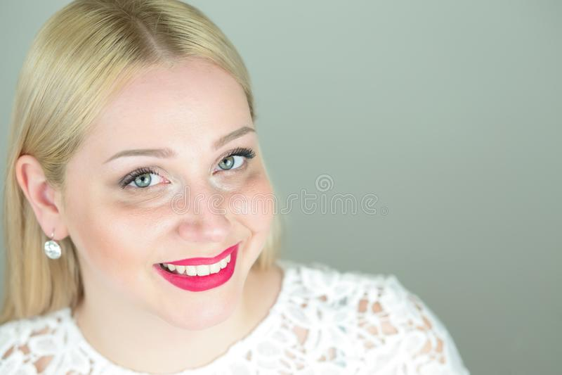 Kopf des positiven attraktiven schönen jungen blonden woma stockfotos