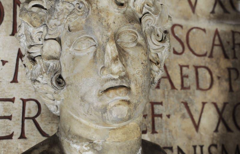 Kopf des römischen Gott Bacchus in den Capitoline-Museen in Rom Auf der alten lateinischen Aufschrift des Hintergrundes stockbilder