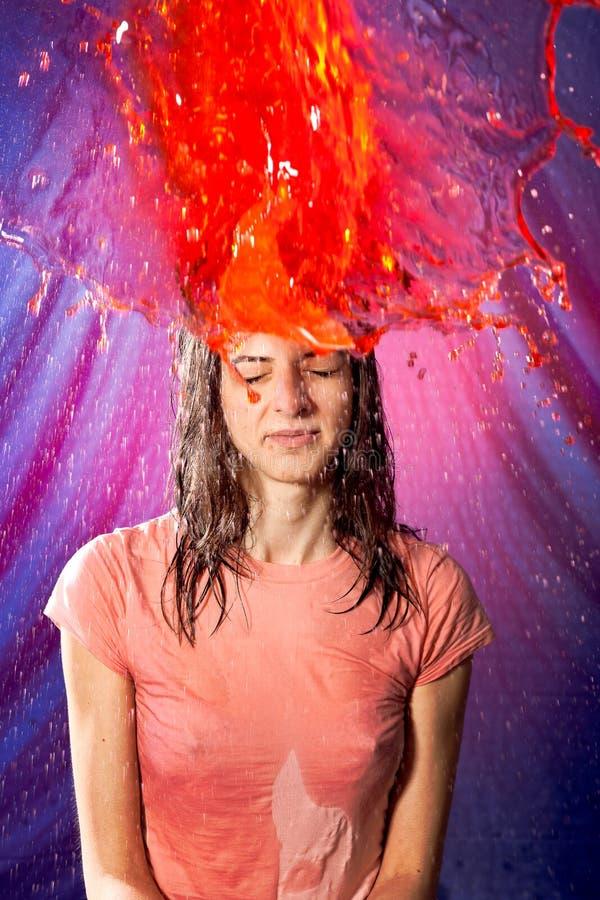 Kopf explotion rotes Wasser des Mädchens stockbilder