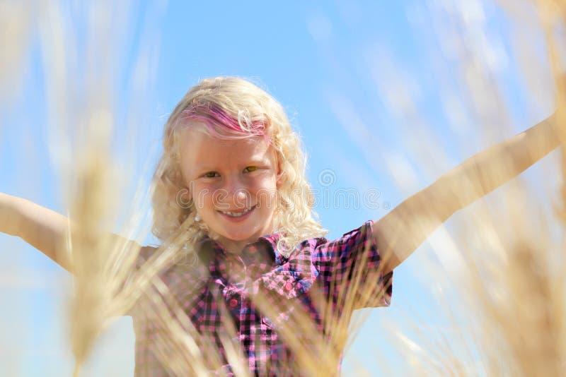 Kopf geschossen von wenigem blondem kaukasischem Mädchen auf dem Weizengebiet lizenzfreie stockbilder