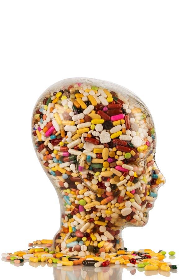 Kopf hergestellt vom Glas mit Tabletten lizenzfreies stockfoto