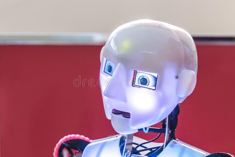 Kopf mit den Blitzaugen des humanoid Roboters lizenzfreies stockbild