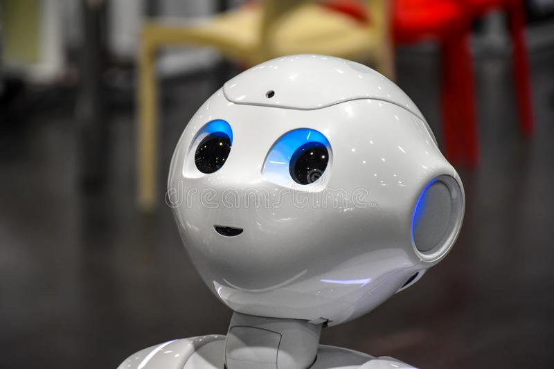 Kopf mit den Blitzaugen eines humanoid Roboters stockfotos