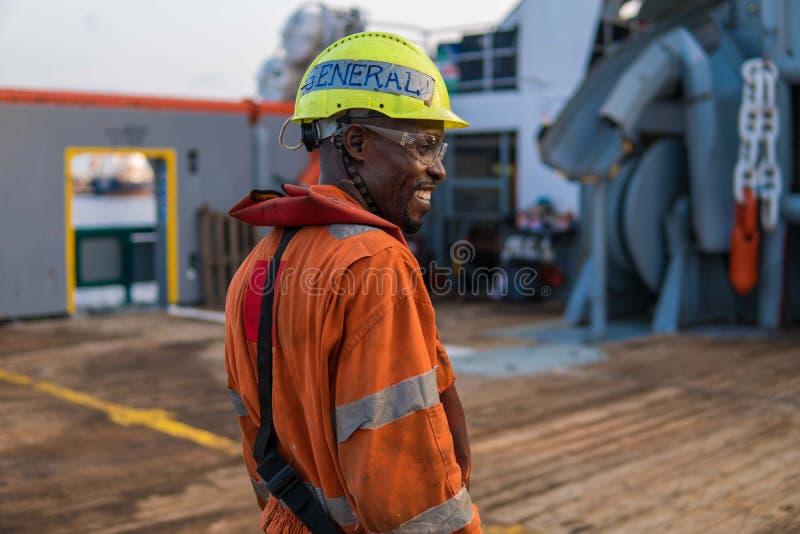 Kopf von fähigen Matrosen AB - Bosun auf Plattform des Offshoreschiffes oder des Schiffs lizenzfreie stockfotos