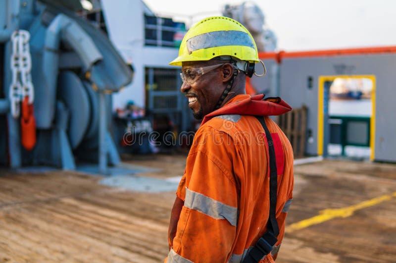 Kopf von fähigen Matrosen AB - Bosun auf Plattform des Offshoreschiffes oder des Schiffs lizenzfreies stockbild