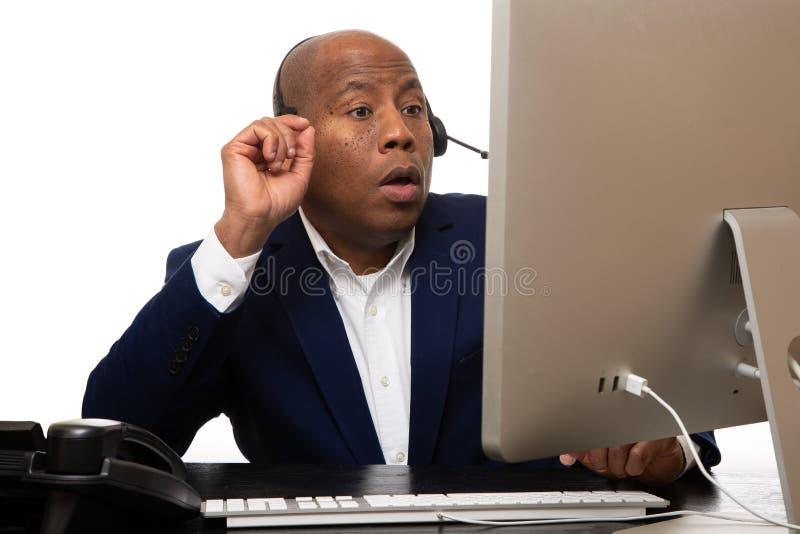Kopfhörer Afroamerikaner-Geschäftsmann-Talking Ons A stockfotografie
