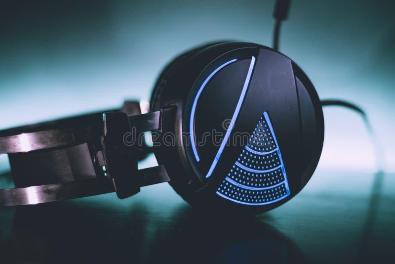 Kopfhörer-blaue Hintergrund-Neonnahaufnahme lizenzfreie stockfotografie