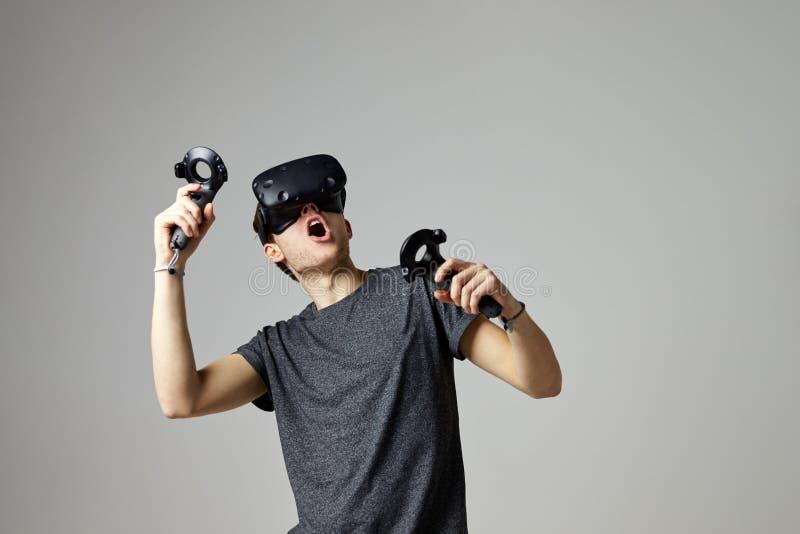 Kopfhörer der Frauen-aufpassender Fernsehtragender virtuellen Realität stockfoto