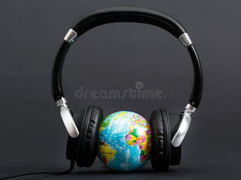 Kopfhörer, die auf die Erde hören stockfotos