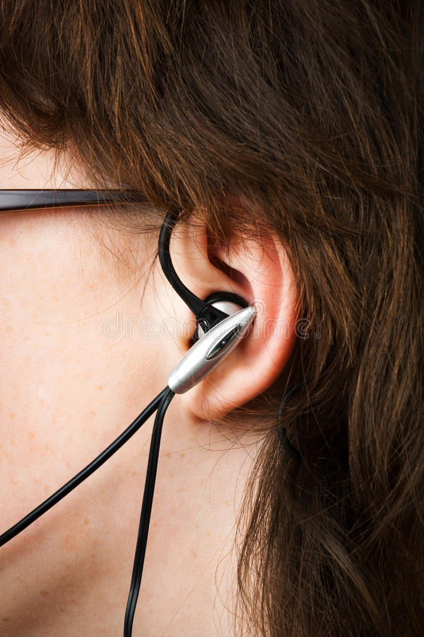 Kopfhörer im Ohr lizenzfreie stockbilder