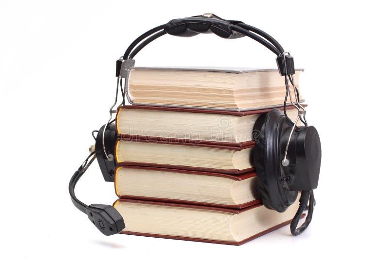 Kopfhörer und Bücher stockfotos