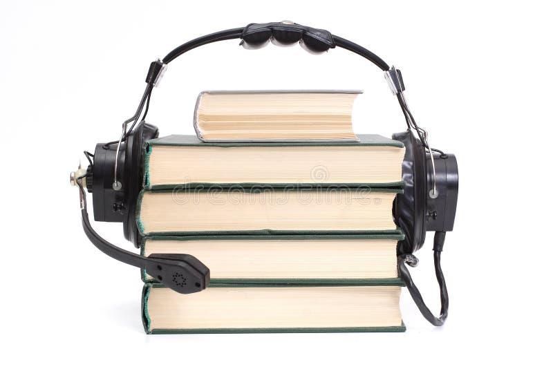 Kopfhörer und Bücher stockfoto