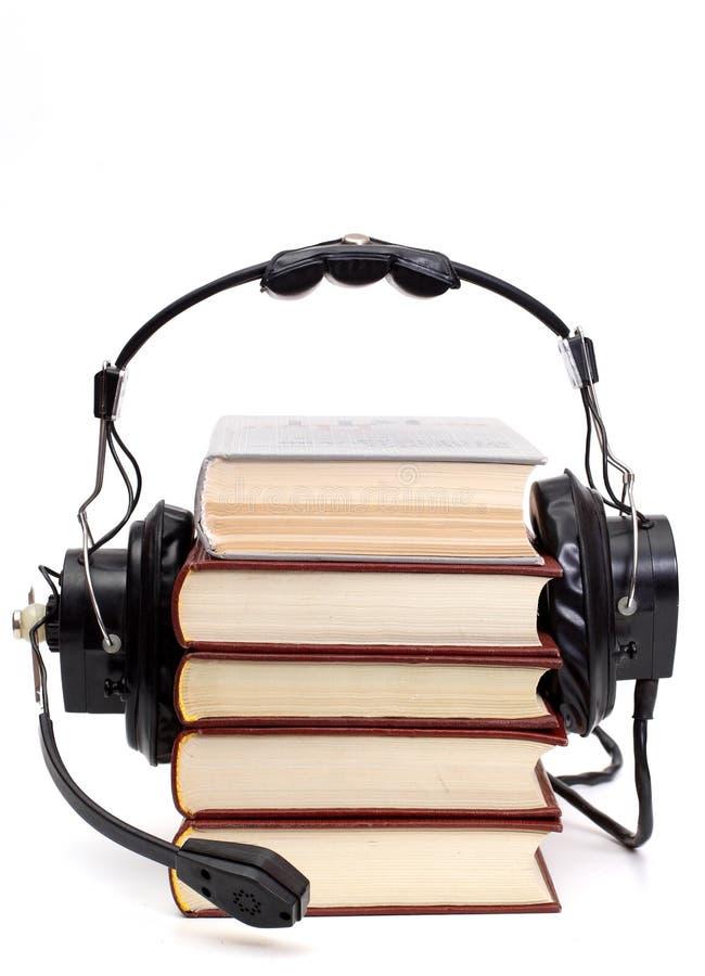Kopfhörer und Bücher stockbild