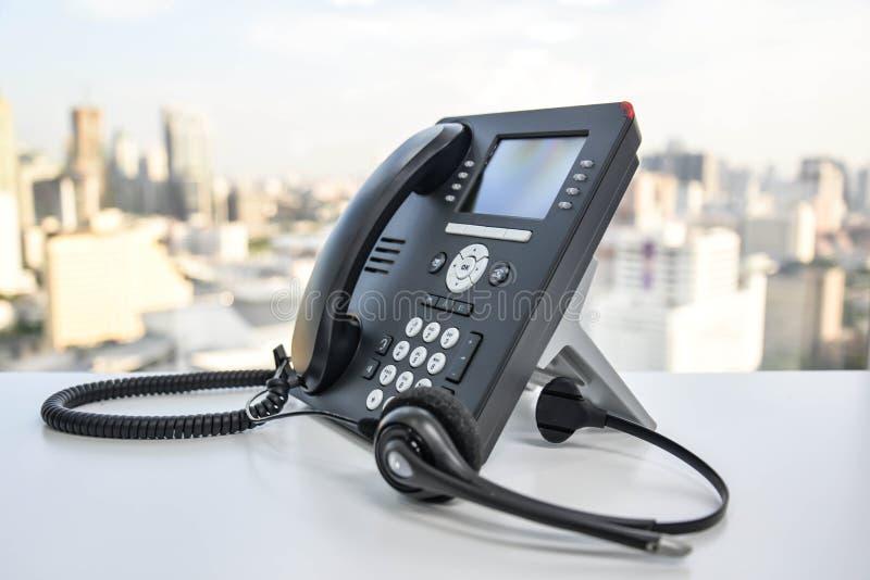 Kopfhörer und das IP-Telefon lizenzfreie stockfotos