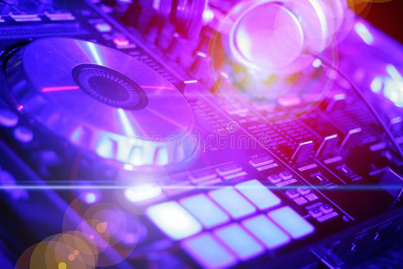 Kopfhörer und DJ-Schaltgetriebe, elektronische Nachtpartei stockbild