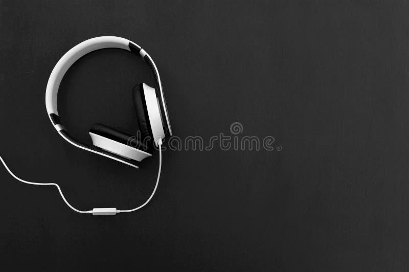 Kopfhörer und Kabel auf einem hölzernen Hintergrund Beschneidungspfad eingeschlossen lizenzfreie stockfotos