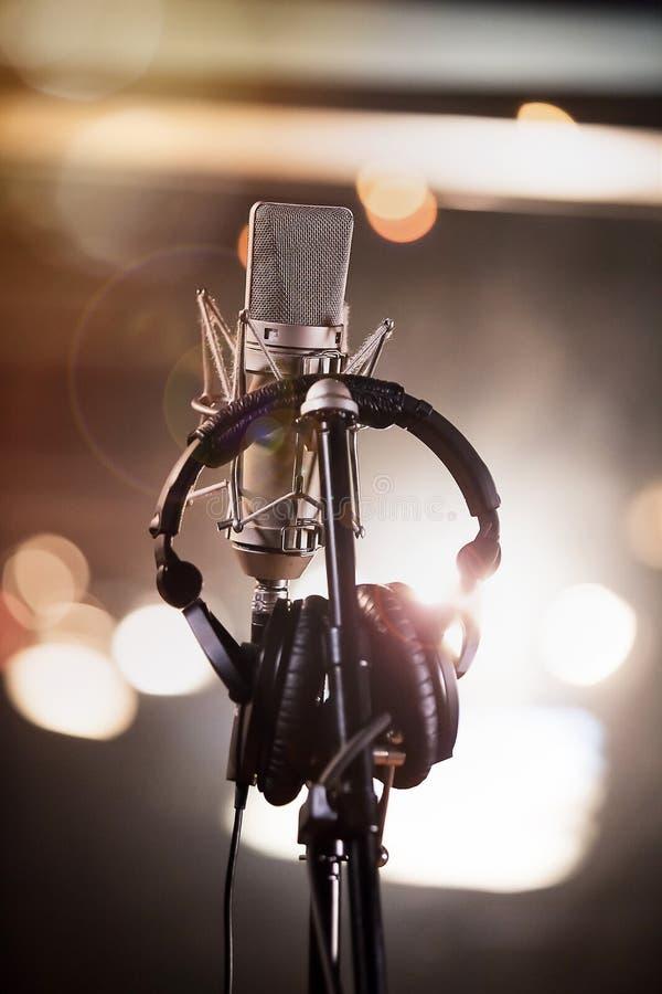 Kopfhörer und Kondensator-Mikrofon in einem Musik-Tonstudio lizenzfreies stockbild