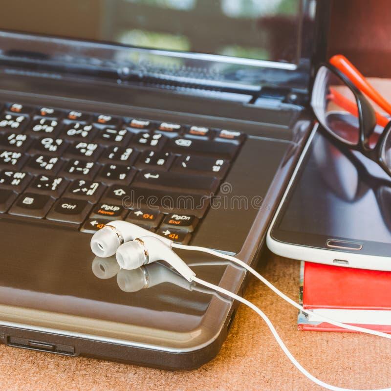Kopfhörer und Laptop stockfoto
