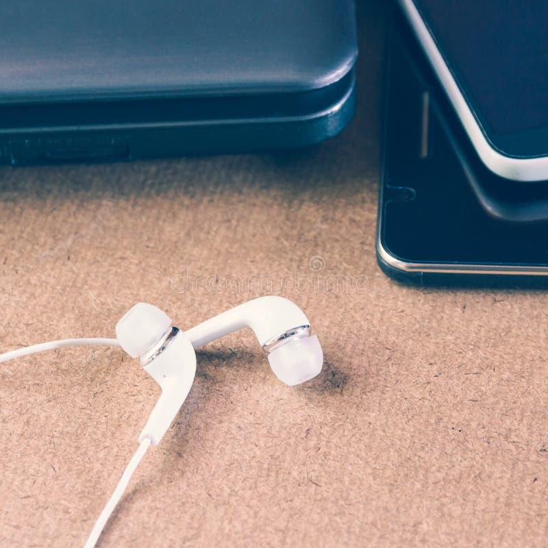 Kopfhörer und Laptop stockbild