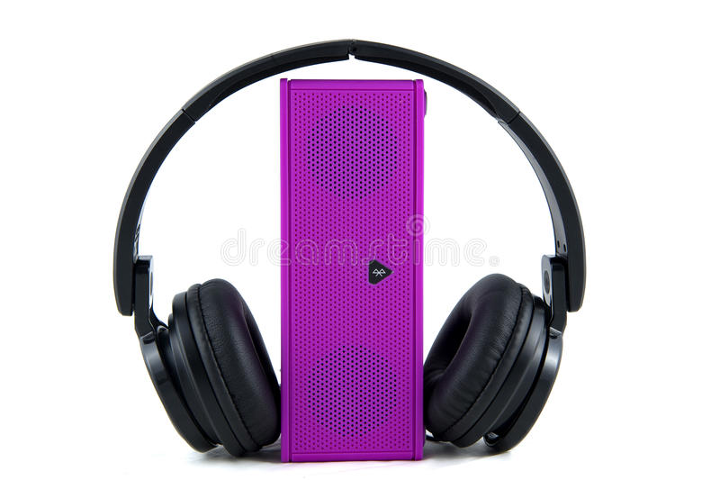 Kopfhörer und Lautsprecher auf einem weißen Hintergrund lizenzfreie stockfotos