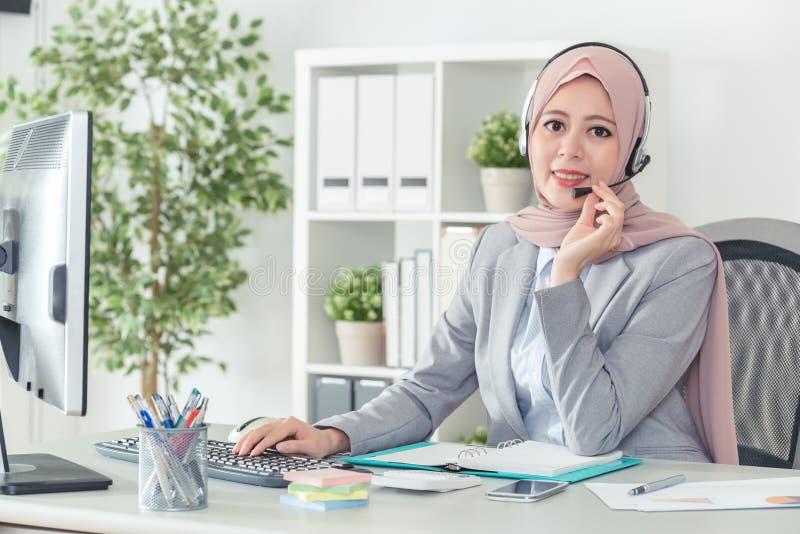 Kopfhörerfrauensekretär in der Call-Center-Unterhaltung lizenzfreies stockbild