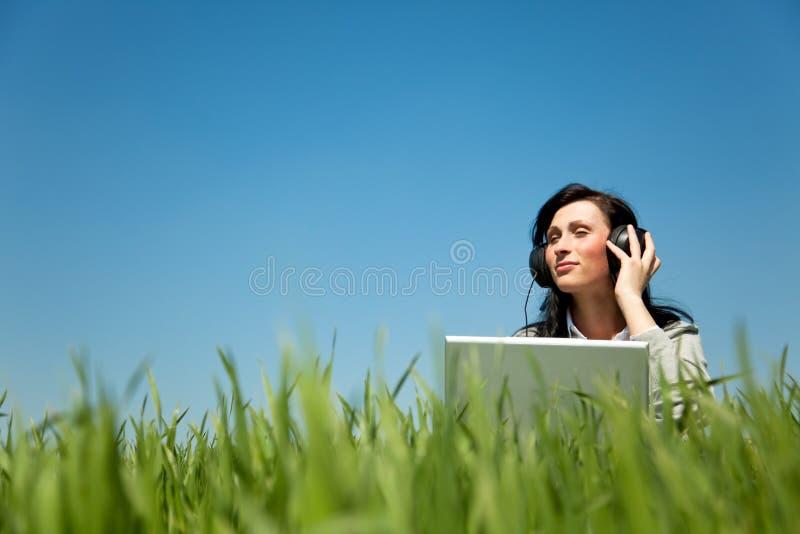 Kopfhörermusikfrau lizenzfreies stockfoto