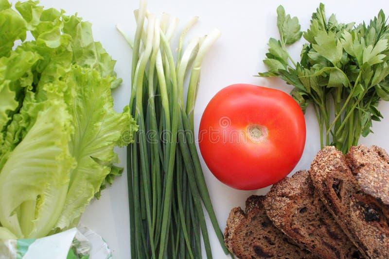Kopfsalat, Frühlingszwiebeln, Petersilie, Tomate und selbst gemachtes Roggenbrot Gesunde Di?t Di?t lizenzfreie stockfotos