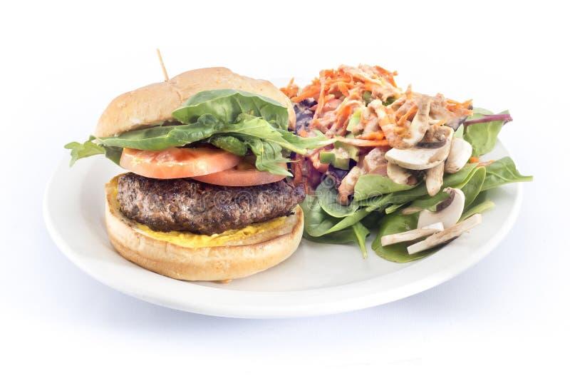 Kopfsalattomatenhamburger mit Seitensalat lizenzfreies stockbild