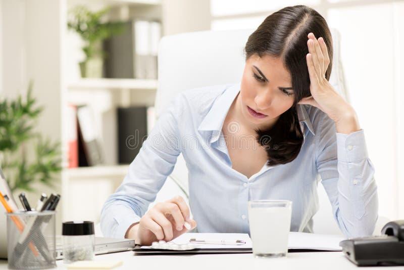 Kopfschmerzen bei der Arbeit stockfoto