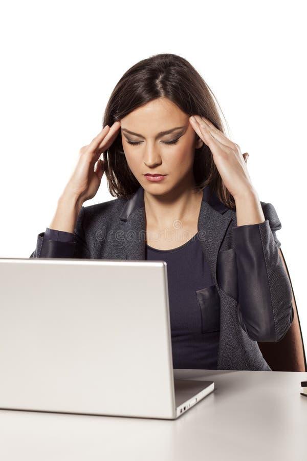 Kopfschmerzen bei der Arbeit stockfotos