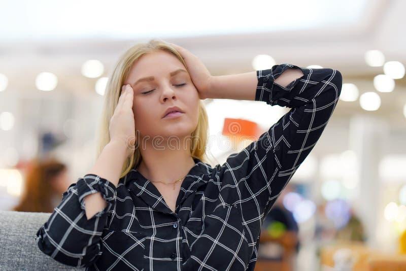 Kopfschmerzen der jungen Frau Mädchen drückt ihren Kopf zusammen lizenzfreie stockfotografie