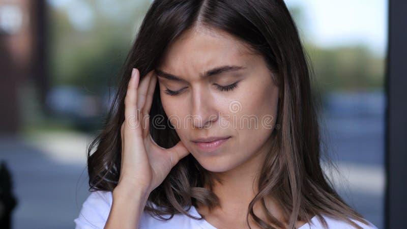 Kopfschmerzen, Frustration, angespanntes junges weibliches Porträt stockbilder